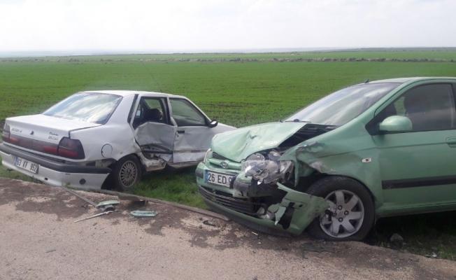 İki otomobil çarpıştı: 5'i öğretmen 7 yaralı