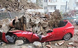 İstinat duvarı çöktü: 2 araç enkaz altında kaldı
