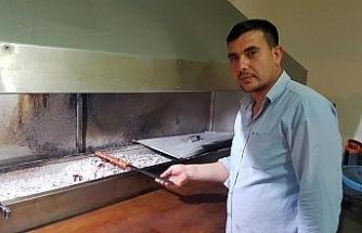 Dolaptaki eti Neşet Ertaş türküleriyle terbiye ediyor