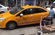 Yolun ortasına bırakılan ticari taksiyi imece usulü kaldırdılar