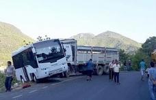 Okul servisine kamyon çarptı: 3 yaralı
