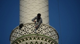 Minareden pompalı tüfekle ateş açtı: 4 saatte indirildi