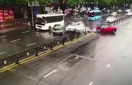 Kadın sürücü lüks otomobiliyle böyle kaza yaptı