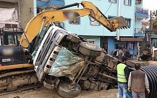 Yol çöktü kamyon çukura düştü