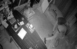 Hırsızlar önce güvenlik kamerasına sonra polise...