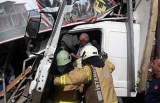 Kontrolden çıkan kamyon dükkana girdi