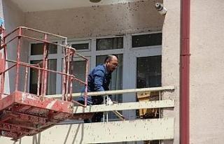 Oğul veren arılar balkonu sardı
