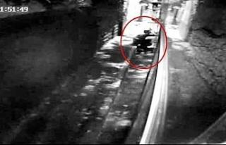 Otobosün aküsünü çalan hırsızlar kamerada