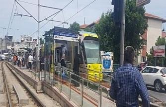 10 yaşındaki çocuğun ayağı tramvayın altına sıkıştı