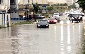 Çorlu'da sağanak yağmur caddeleri göle çevirdi