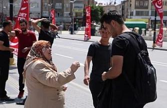 Sokak sokak gezip oğluna 'takipçi' topluyor