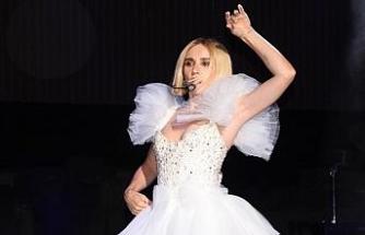 Konsere elbisesiyle damga vurdu