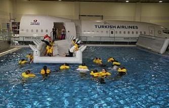 THY Kabin memurlarına havuzda eğitim