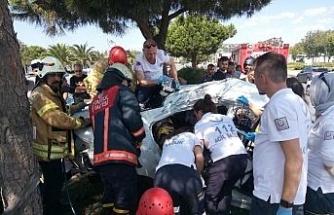 Kartal'da otomobil ağaca çarptı: 1'i ağır 2 yaralı