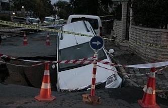 Yol çöktü, otomobil oluşan çukura düştü