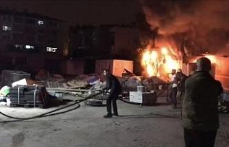 Fatih'te otoparkta bulunan konteyner alev alev yandı