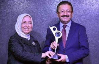 """Başkan Veysel Tiryaki'ye """"Yerelde Vizyon Belediyecilik"""" Ödülü"""