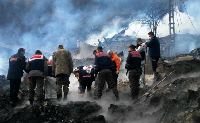 8 evin küle döndüğü yangında enkazın altında bulundu