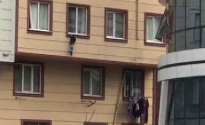 Camdan düşen çocuğu havada yakaladılar