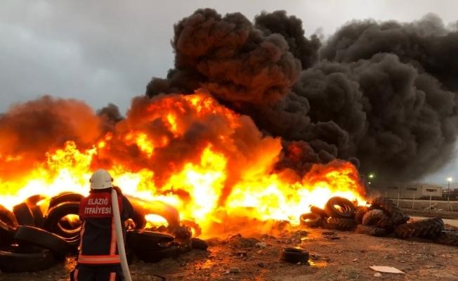 Elazığ'da lastik toplama alanında yangın