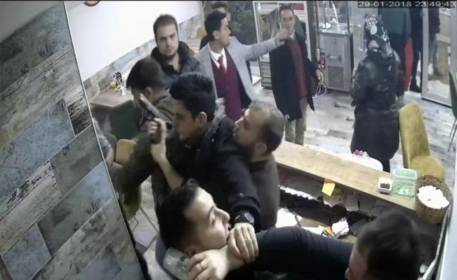 Garsonu darp eden iki polis açığa alındı