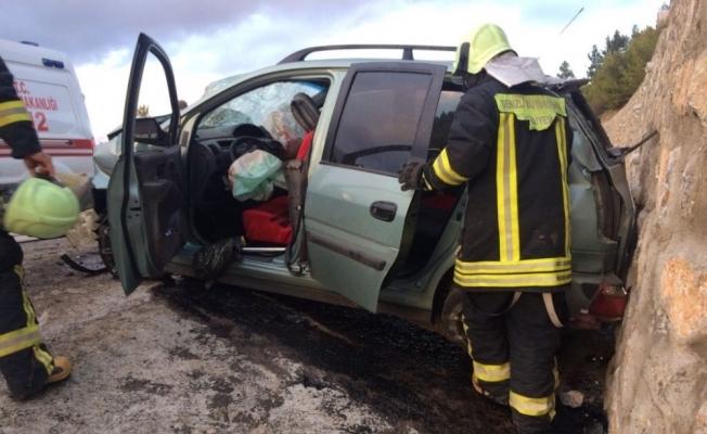 Hafif ticari araç duvara çarptı: 7 yaralı
