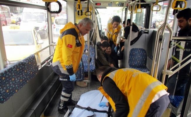 Kadıköy'de halk otobüsü ve ticari taksi çarpıştı