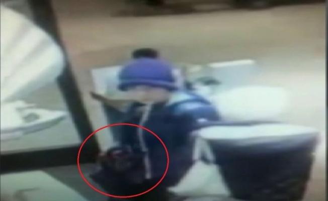 Kadın hırsızlar kaşla göz arasında çantayı böyle çaldı