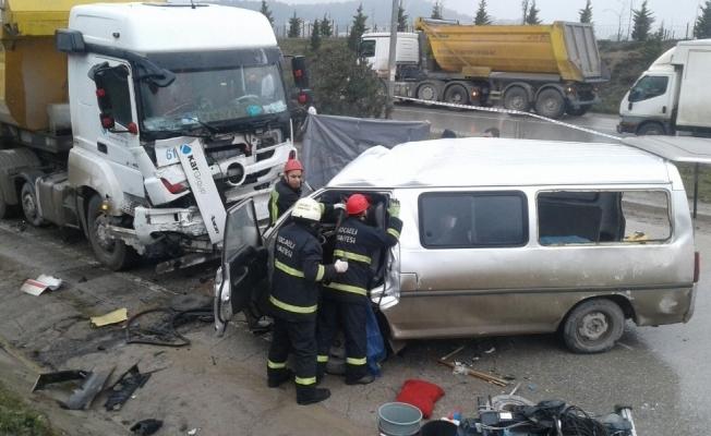 Kamyon ile panelvan çarpıştı: 4 ölü