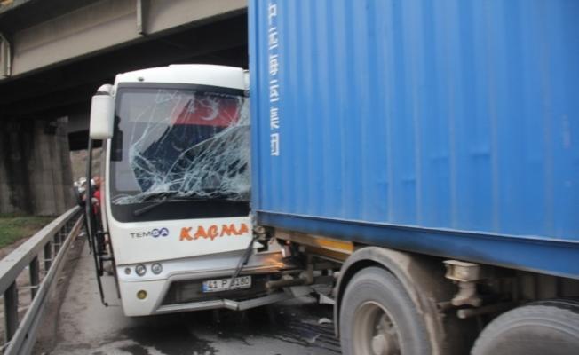 Midibüs tıra çarptı: 7 yaralı
