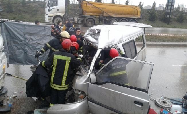 Minibüs ile kamyon çarpıştı: 2 ölü 4 yaralı