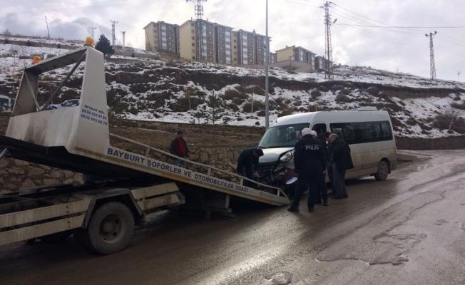 Okul servisi ile otomobil çarpıştı: 16 yaralı