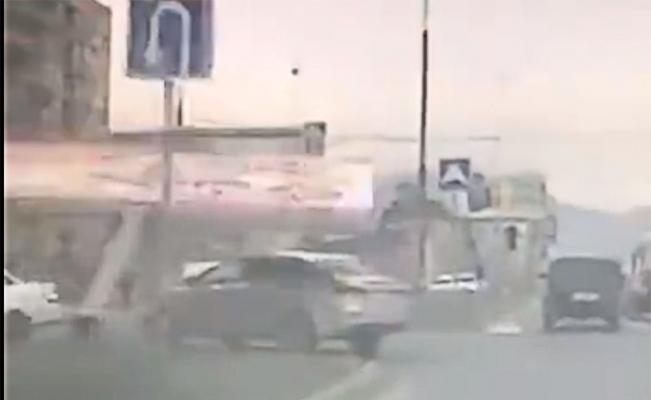 Reklam panosu otomobilin üzerine böyle devrildi