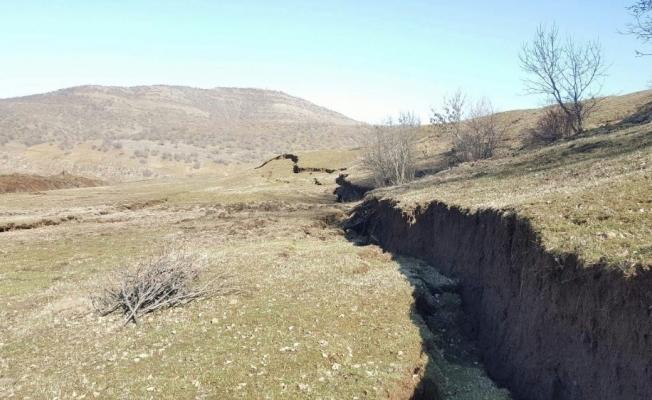 Toprak kayması sonucu dev yarıklar oluştu
