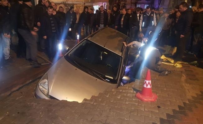 Yol çöktü, otomobil içine düştü