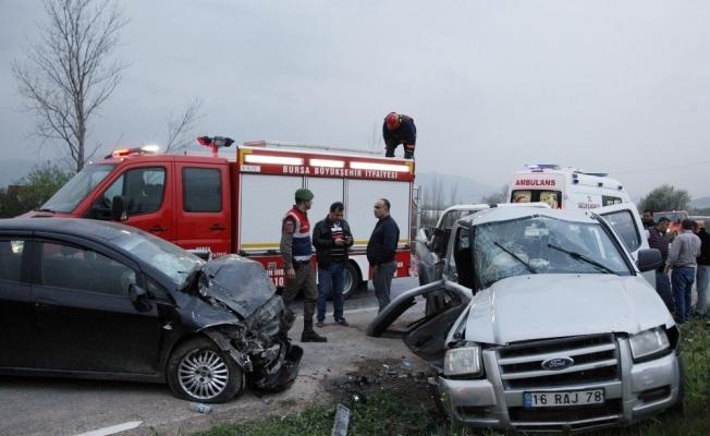 2 otomobil kafa kafaya çarpıştı: 1 ölü, 7 yaralı