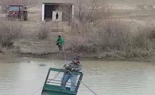 Aras Nehri'ni ilkel teleferikle geçiyorlar