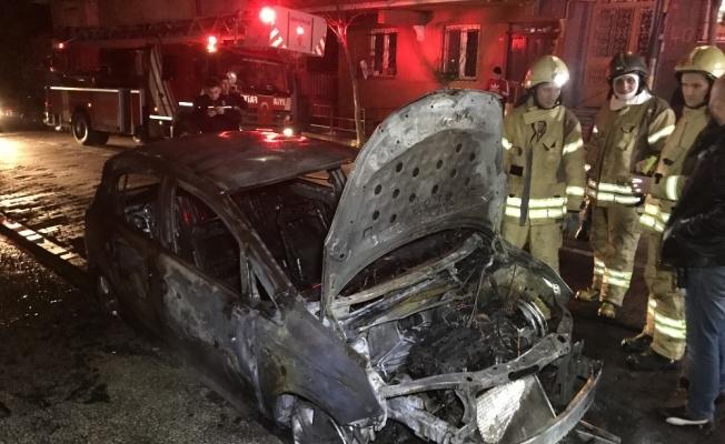 Bahçelievler'de park halindeki 2 araç alev alev yandı