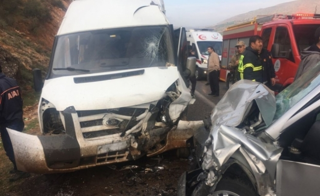 İşçi servisi ile hafif ticari araç çarpıştı: 14 yaralı
