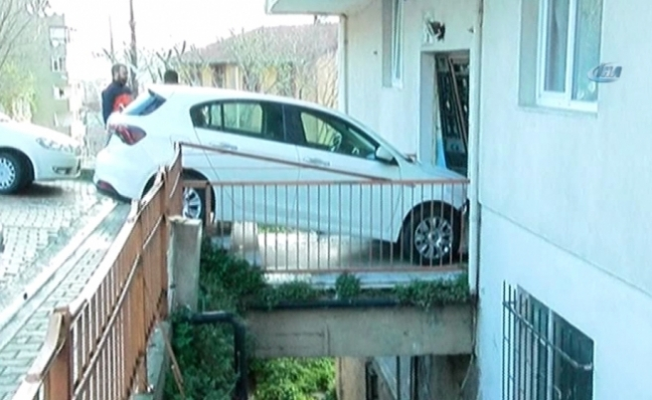 Kadın sürücü apartmana daldı