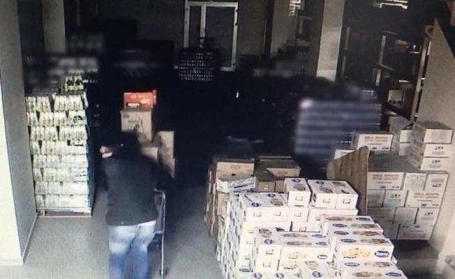 Markette kilolarca gıda malzemesi çaldılar