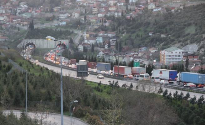 TEM'de zincirleme kaza trafiği kilitledi