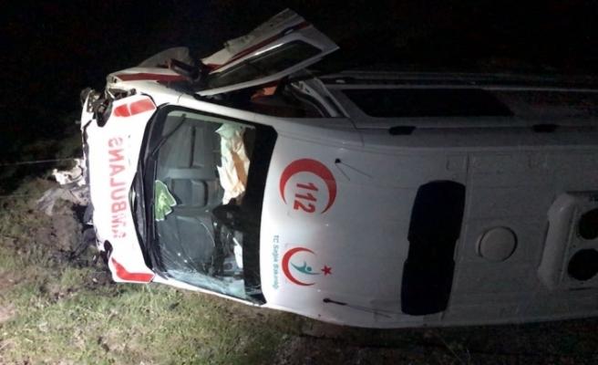 Ambulans ile otomobil çarpıştı: 1 ölü, 3 yaralı