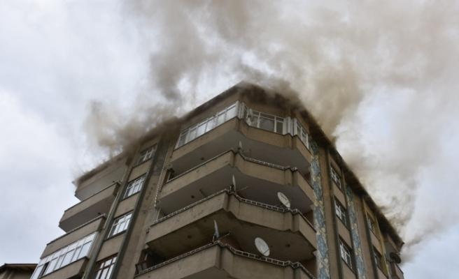 Çatıda çıkan yangın paniğe yol açtı