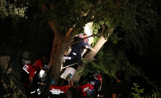 Otomobil ağaçta asılı kaldı: 4 yaralı