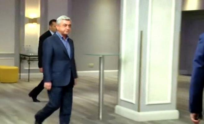 Sarkisyan salonu terk etti