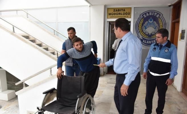 Tekerlekli sandalyeyle geldiği karakolda ayaklandı