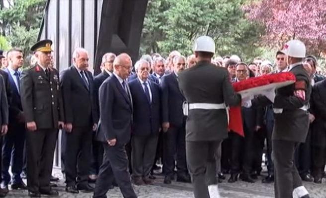 Turgut Özal mezarı başında anılıyor