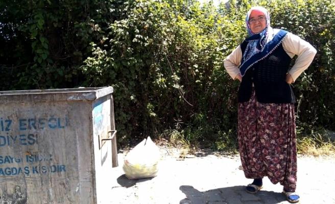Çöpten torunu için dolmalık biber topladı