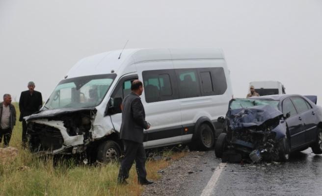 Minibüsle otomobil çarpıştı: 13 yaralı